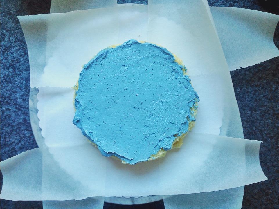 Motivtorte vorbereiten Biskuit mit Creme